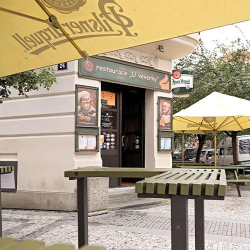 Pohled na vchod restaurace U Veverky zvenčí
