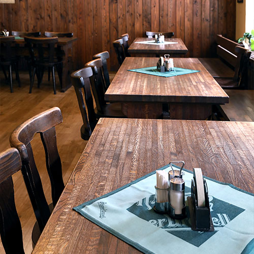 Přiblížený pohled na stoly restaurace U Veverky