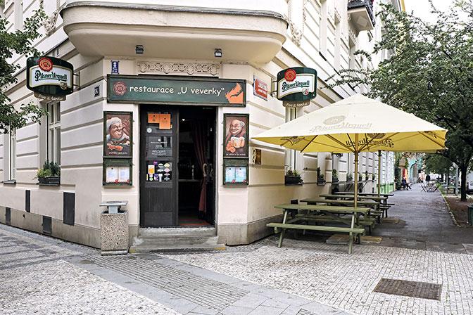 Hlavní chod do restaurace U Veverky